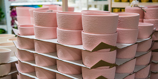 http://forempv.ccoo.es/especialidad/11111/closeup-of-pink-ceramics-pots-collection-in-store-C9YGPN4.jpg